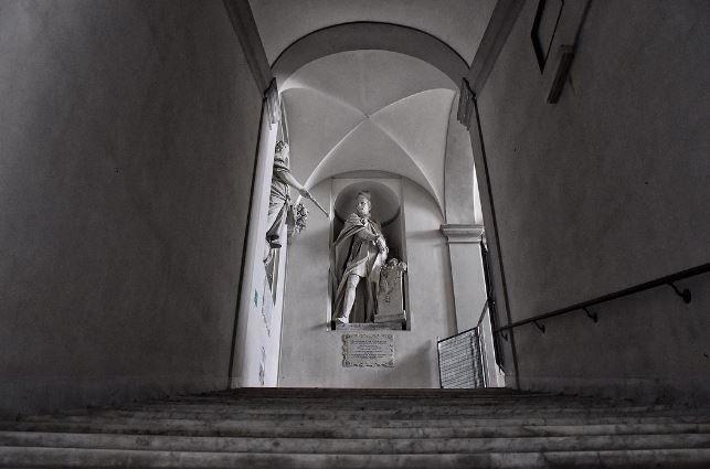 Albergo dei Poveri di Genova, statua di benefattore